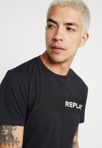 Replay - Print T-shirt - blue grey - 3