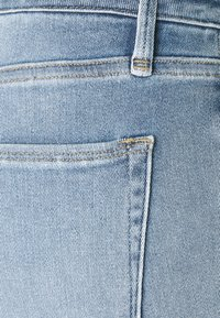 Good American - BERMUDA SHORT FRAY HEM - Denim shorts - blue - 7