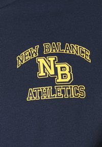 New Balance - ATHLETICS VARSITY TEE - Print T-shirt - dark blue - 5