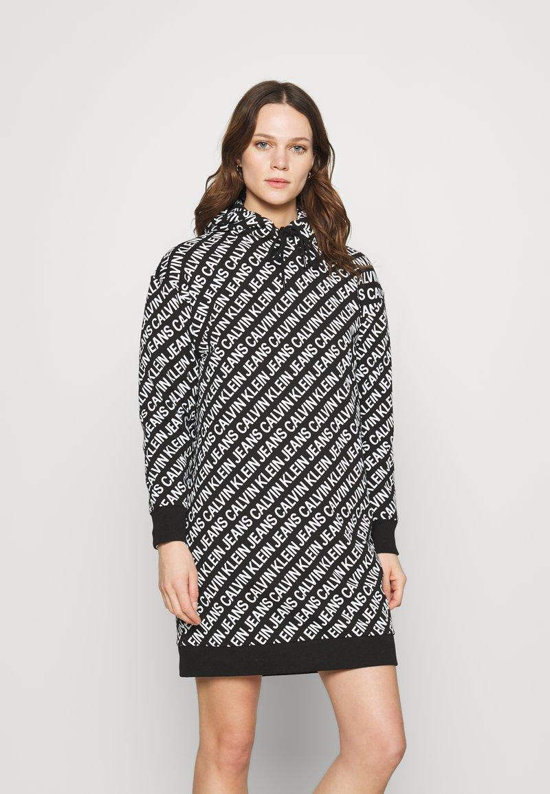 Calvin Klein Jeans - LOGO AOP OVERSIZED DRESS - Kjole - black/white