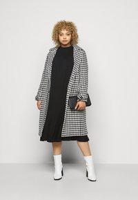 Dorothy Perkins Curve - SHIRRED YOKE DRESS - Robe en jersey - black - 1