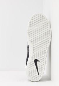 Nike SB - TEAM CLASSIC PRM - Trainers - black/summit white - 4