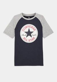 Converse - CHUCK PATCH RAGLAN TEE - Print T-shirt - obsidian - 0