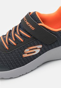 Skechers - DYNAMIGHT - Tenisky - charcoal/orange - 5