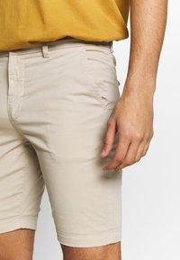 KnowledgeCotton Apparel - CHUCK REGULAR - Shorts - light feather gray - 3