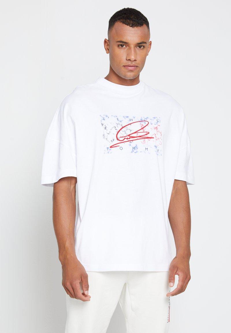 Tommy Hilfiger - LEWIS HAMILTON UNISEX OVERSIZED LOGO TEE - T-shirt print - white