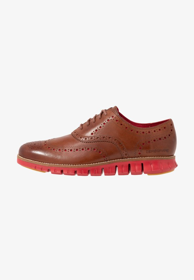 ZEROGRAND WINGTIP OXFORD - Derbies - woodbury/tango red