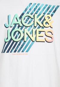 Jack & Jones - JJSPRING TEE CREW NECK - Print T-shirt - white - 2