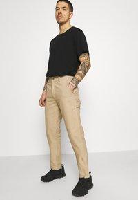 Caterpillar - WORKWEAR CARPENTER PANTS - Pantalon classique - camel - 3