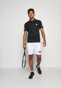 adidas Performance - CLUB 3-STRIPES TENNIS AEROREADY PRIMEGREEN SHORTS - Pantalón corto de deporte - white/black - 1