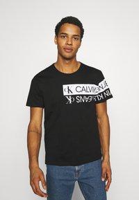Calvin Klein Jeans - MIRROR LOGO SEASONAL TEE - Print T-shirt - black - 0