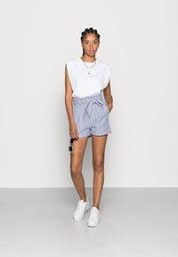 ONLY - ONLSMILLA BELT - Shorts - medium blue denim - 1