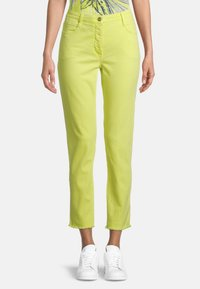 Betty Barclay - MIT OFFENEM SAUM - Slim fit jeans - neon yellow - 0