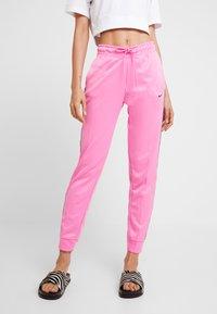 Nike Sportswear - JOGGER LOGO TAPE - Pantalon de survêtement - china rose/black - 0