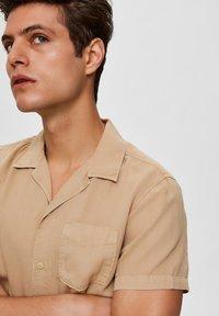 Selected Homme - SHORT SLEEVE - Shirt - safari - 4
