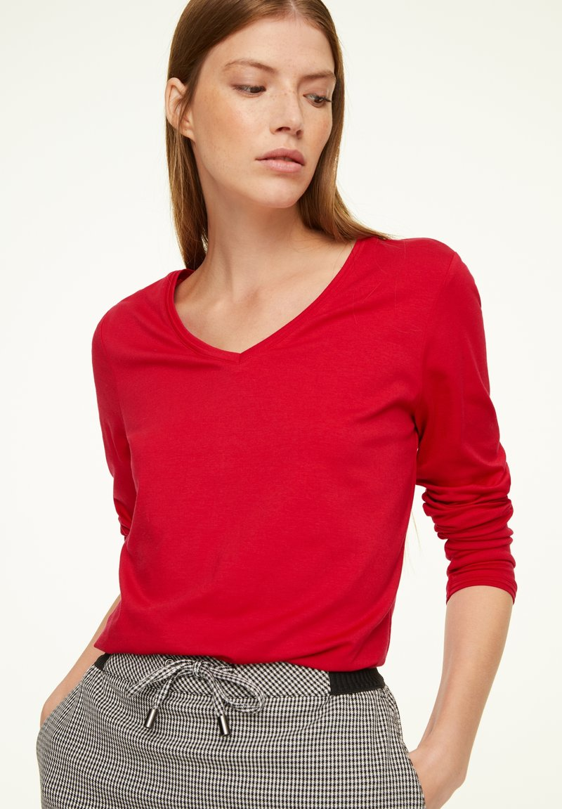comma casual identity - MIT V-AUSSCHNITT - Long sleeved top - scarlet red