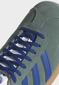 adidas Originals - GAZELLE UNISEX - Sneakers basse - hazy emeraldteam royal blue gum - 8