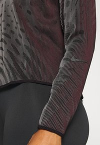 Nike Performance - RUN DIVISION HOLOKNIT  - Camiseta de deporte - black/team red - 5