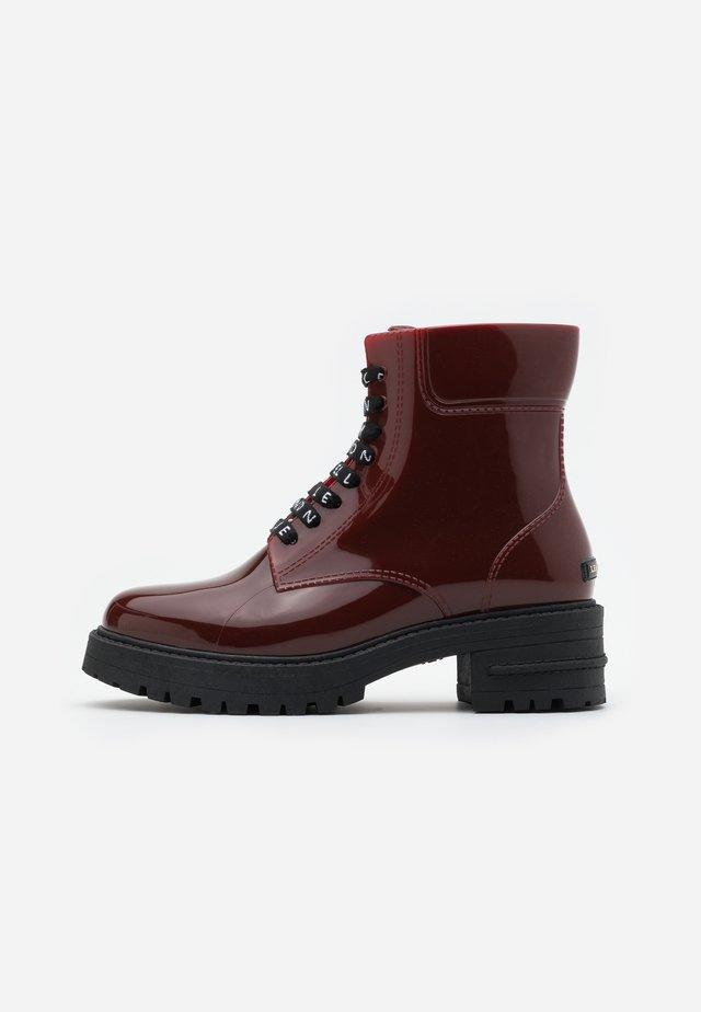CAILYN - Stivali di gomma - borgonha