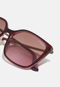 VOGUE Eyewear - Solglasögon - top red on transparent pink - 4