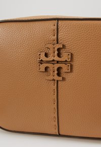 Tory Burch - MCGRAW CAMERA BAG - Umhängetasche - tiramisu - 2