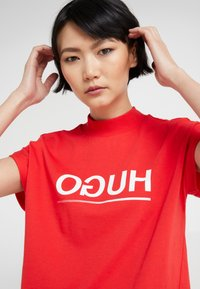 HUGO - DENNALINA - Print T-shirt - red/white - 3