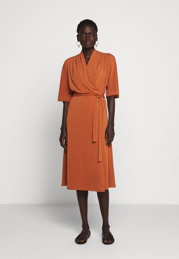 IVESIA - Žerzejové šaty - brick