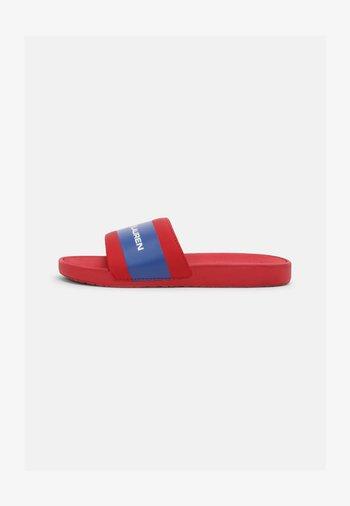 BENSLEY III UNISEX - Pantofle - red smooth/royal