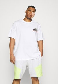 Tommy Jeans Plus - DIAMOND BACK LOGO TEE - Triko s potiskem - white - 2
