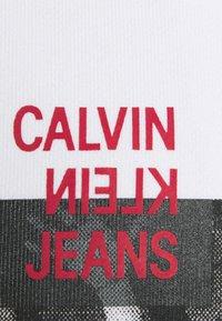 Calvin Klein Jeans - HOODIE UNISEX - Hoodie - bright white - 2