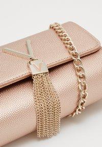 Valentino Bags - DIVINA  - Pochette - oro rosa - 3