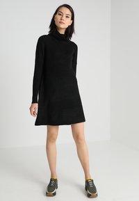 ONLY - ONLJANA COWLNECK DRESS  - Pletené šaty - black - 1