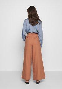 IVY & OAK - SUPER FLARED PANTS MAXI - Spodnie materiałowe - rose tan - 2