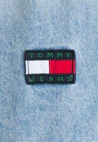 Tommy Jeans - WORKER SHIRT JACKET UNISEX - Denim jacket - light blue denim - 2