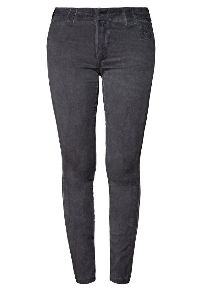 MIT OILWASH EFFEK - Slim fit jeans - grau
