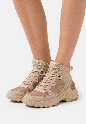 ECCLES SIERRA - Sneakers high - camel