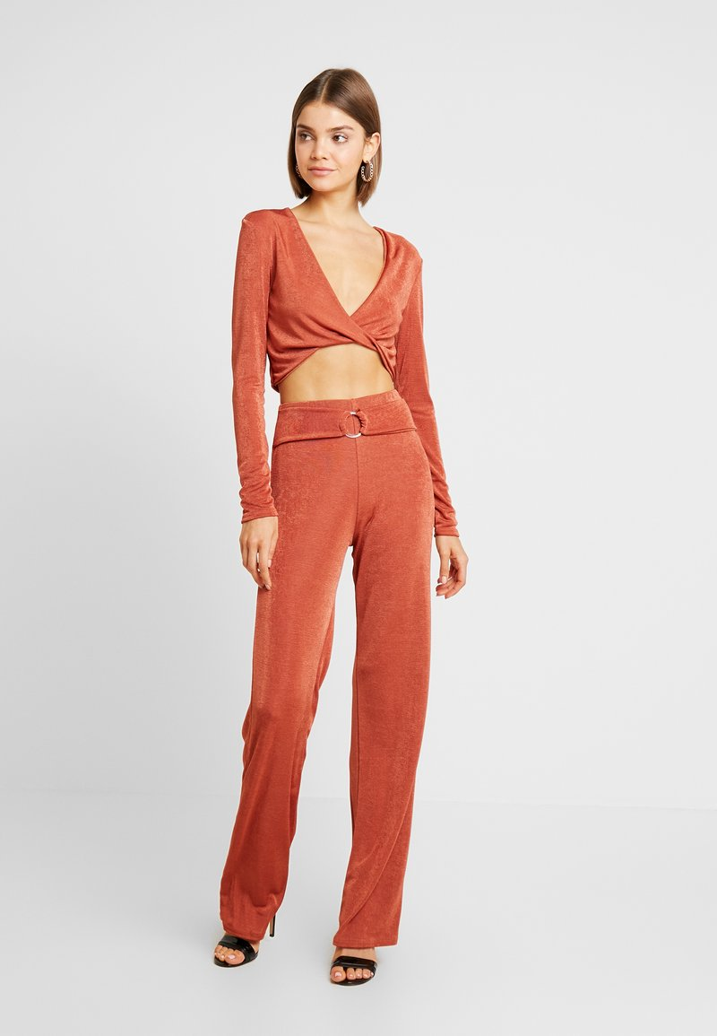 Missguided - TWIST BRALET AND TRIM BELTED WIDE LEG TROUSERS SET - Pantalon classique - orange