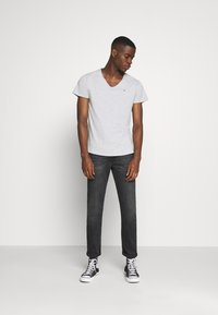 Tommy Jeans - BASIC VNECK TEE SLIM FIT - Print T-shirt - grey heather - 1
