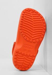 Crocs - CLASSIC - Pool slides - angerine - 4