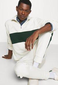 Polo Ralph Lauren - LOOPBACK TERRY LONG SLEEVE - Sweatshirt - chic cream/college green - 3