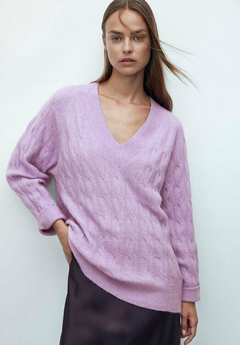 Femme MIT ZOPFMUSTER UND V-AUSSCHNITT RESTBESTAND - Pullover