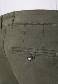 DRYKORN - MAD - Pantaloni - mottled olive - 5