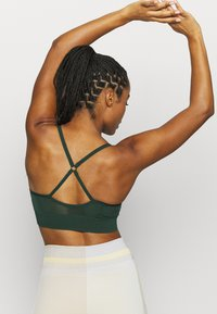 Nike Performance - INDY SEAMLESS BRA - Sujetadores deportivos con sujeción ligera - pro green/white - 2