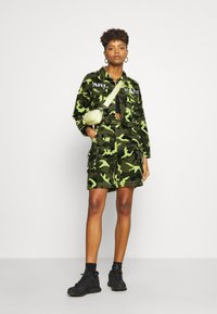 Karl Kani - SHORT CAMO TRUCKER JACKET - Džínová bunda - green - 1