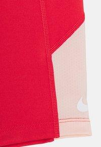 Nike Performance - TROPHY BIKE SHORT - Punčochy - track red/washed coral/white - 2
