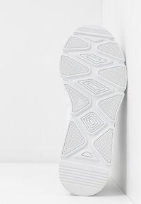 Pavement - PORTIA - Tenisky - white - 6