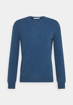 MEN CREW NECK SWEATER - Svetr - dust blue