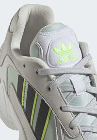 adidas Originals - YUNG-1 SHOES - Trainers - green - 7