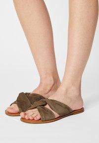 Zign - Pantofle - khaki - 0