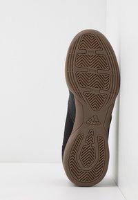 adidas Performance - PREDATOR 20.4 IN SALA - Halové fotbalové kopačky - core black/dough solid grey - 5